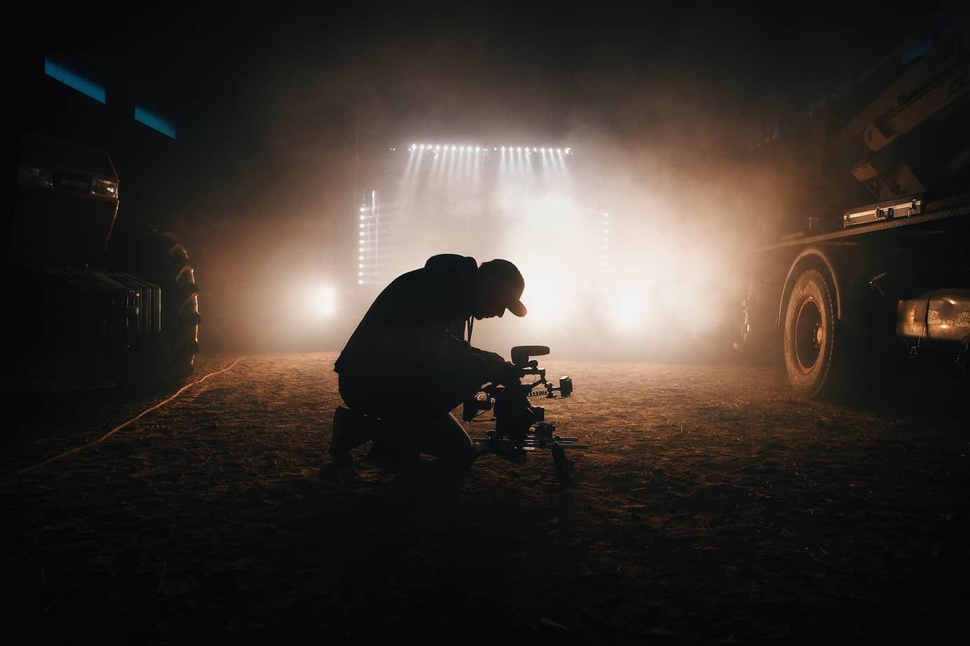 Mann mit Kamera, der ein Auto film